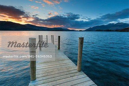 Coucher de soleil à la jetée de Ashness vers Skiddaw, baie Barrow, Derwent Water, Keswick, Parc National de Lake District, Cumbria, Angleterre.