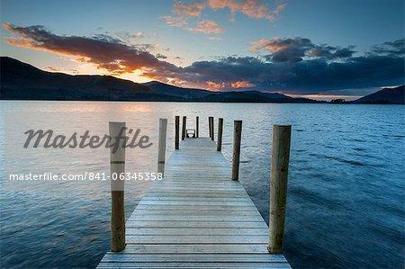 Coucher de soleil sur la jetée de Ashness, baie Barrow, Derwent Water, Keswick, Parc National de Lake District, Cumbria, Angleterre