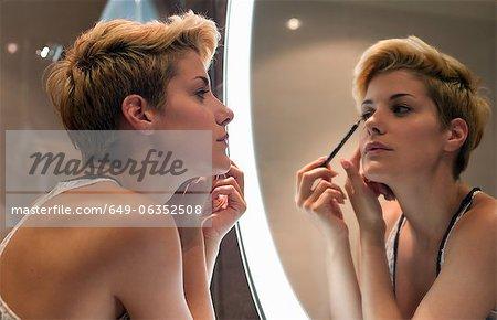 Femme, appliquer le maquillage en miroir