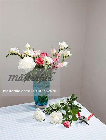 Fleurs coupées avec bouquet en vase
