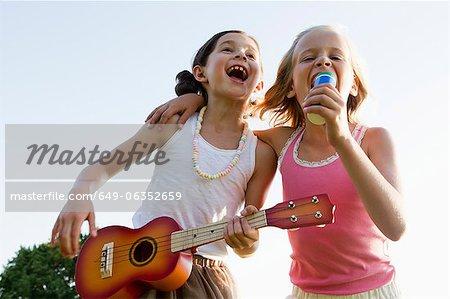 Filles chanter ensemble en plein air