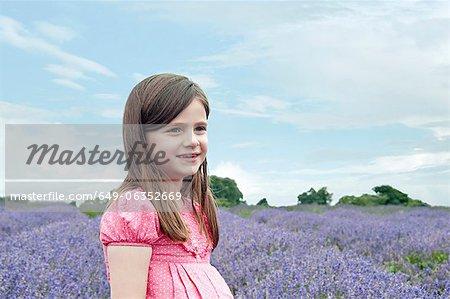 Fille se promener dans le champ de fleurs