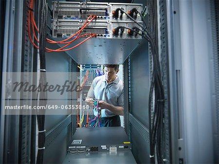 Homme travaillant dans la salle des serveurs