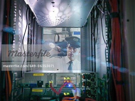 Security guard inspection salle des serveurs