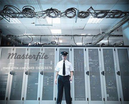 Security guard debout dans la salle des serveurs