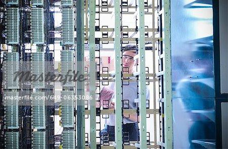 Homme travaillant au central téléphonique