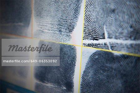 Fingerabdrücke auf dem Bildschirm im forensischen Labor