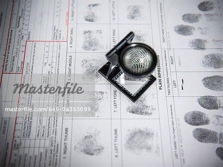Lupe über Fingerabdrücke auf Verhaftung form