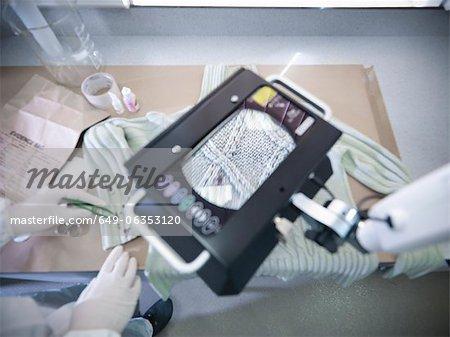 Nahaufnahme von Fasern im forensischen Labor