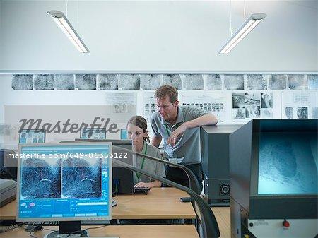 Forensische Fingerabdrücke untersuchen Studenten