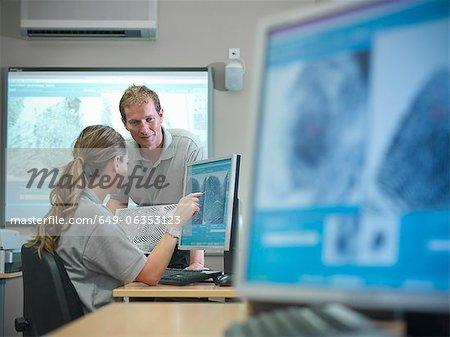 Forensic étudiants examinent les empreintes digitales