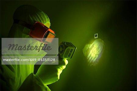 Forensische Wissenschaftler mit Handabdruck