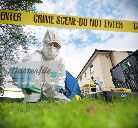 Médecin légiste à la scène du crime