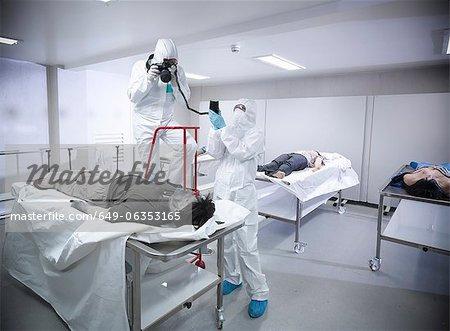 Forensische Wissenschaftler mit falsche Leiche