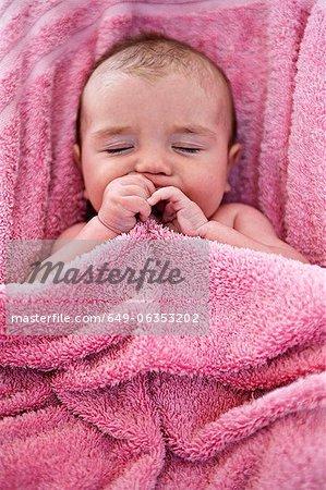 Gros plan du bébé dans une serviette rose