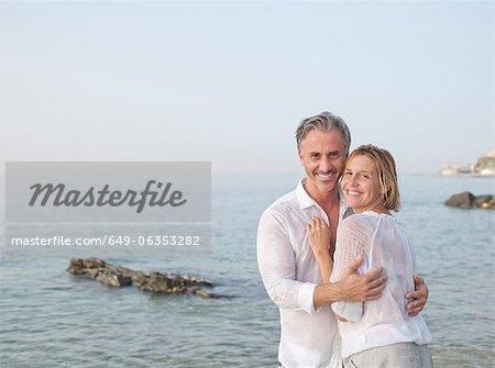 Lächeln, paar umarmt am Strand