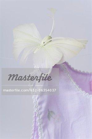Faux papillon sur l'épaule de vêtements pour bébés