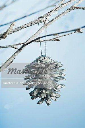 Ornement de cône de pin argenté