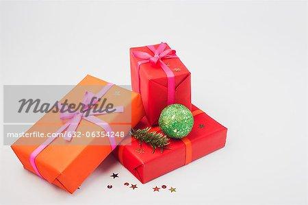 Richement enveloppé de cadeaux de Noël