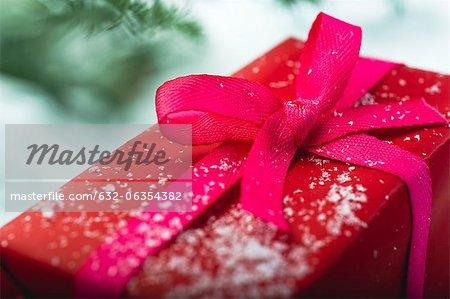 Cadeau de Noël couvert de flocons de neige