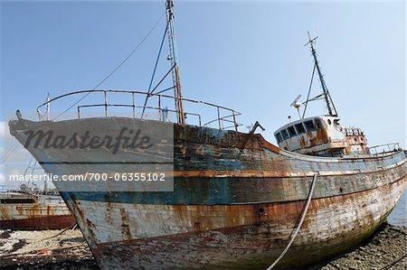 Altes Boot am Ufer, Camaret-Sur-Mer, Bretagne, Frankreich
