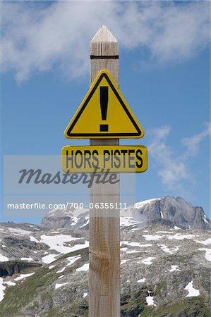 Panneau de signalisation dans les Alpes françaises