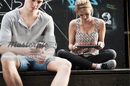 Paar mit Smart Phone und Tablet PC, Mannheim, Baden-Württemberg, Deutschland