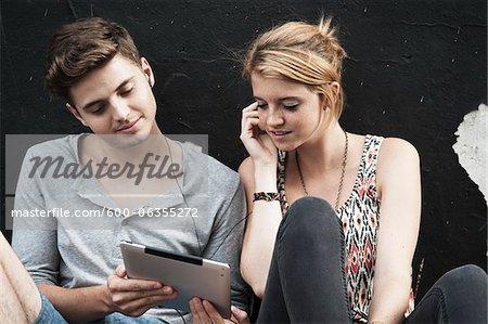 Paar mit Tablet PC, Mannheim, Baden-Württemberg, Deutschland
