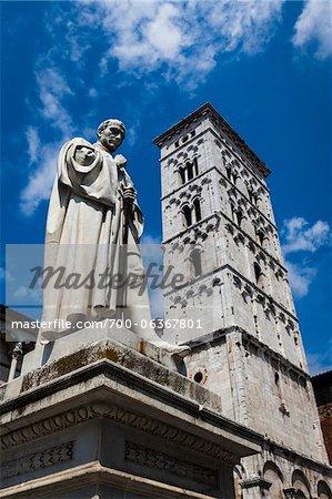 Statue en Piazza Michele et église de San Michele in Foro, Lucca, Toscane, Italie