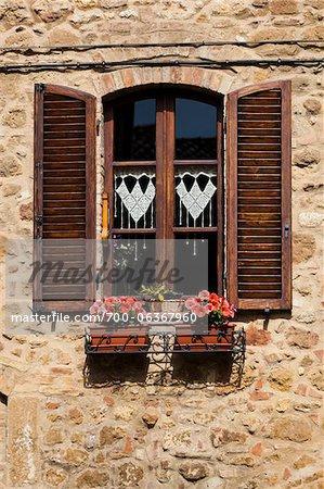 Fenêtre avec des volets et des bacs à fleurs, Pienza, Val d'Orcia, Toscane, Italie
