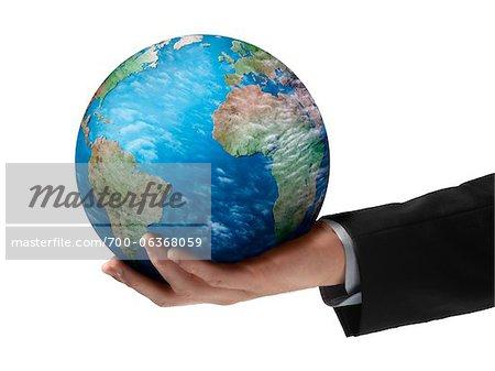 Gros plan d'affaires tenant un Globe dans la main
