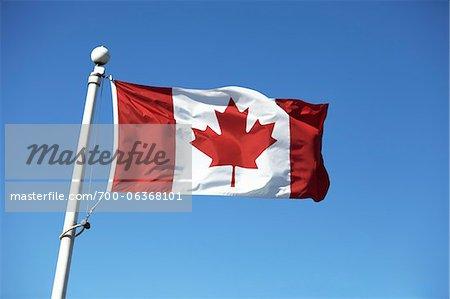 Drapeau canadien sur fond de ciel bleu