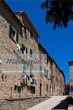 Cordes à linge pendu à Windows, Volterra, Toscane, Italie