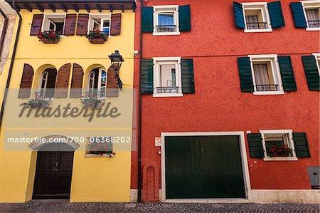 Gros plan du coloré bâtiments, Bardolino, Province de Vérone, Vénétie, Italie