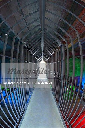 Tunnel éclairé, Landschaftspark Duisburg-Nord, Meiderich Hütte, Duisbourg, bassin de la Ruhr, Rhénanie du Nord-Westphalie, Allemagne