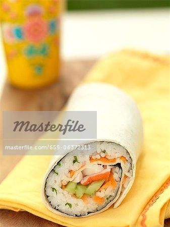 Sushi Wrap sur une serviette de table jaune