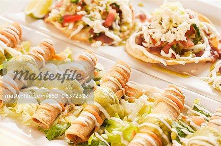 Mexikanische Taquitos und Tostadas