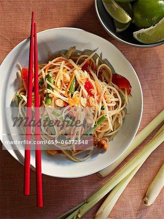 Thai-Nudelsalat mit Erdnüssen und Zitronengras