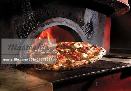 Pizza devant un bois tiré de four