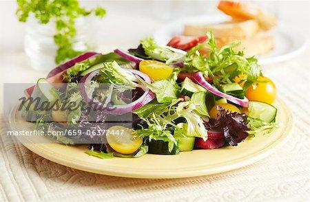 Salade verte sur une plaque