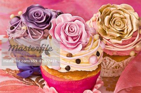Gâteaux de fête décorée de roses crème au beurre et sucre