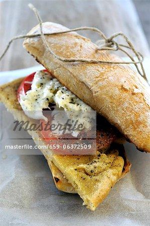 Kichererbsen Kuchen, frischen Tomaten und Mozzarella Ciabatta sandwich