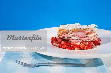 Mousse aux fraises dans une pâte feuilletée sur les fraises balsamiques