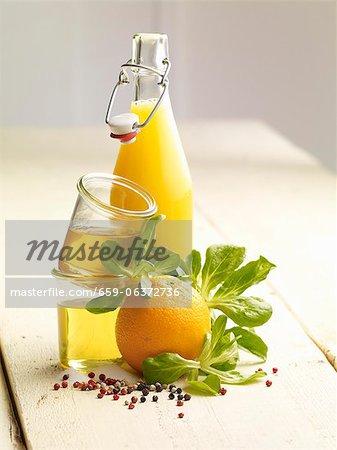 Ingrédients pour la salade avec des quartiers de l'oranges