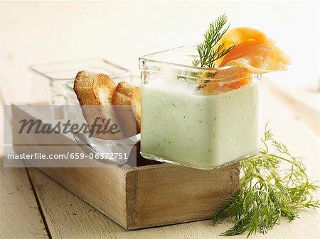 Soupe de concombre froide au saumon fumé et de pain grillé