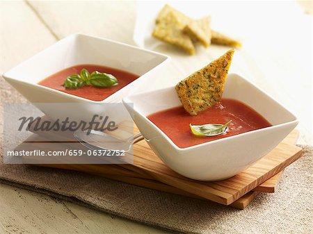 Potage crème de tomate avec des triangles d'herbes et polenta