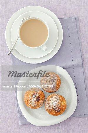 Apfel-Muffins mit getrockneten Feigen und einer Tasse Kaffee