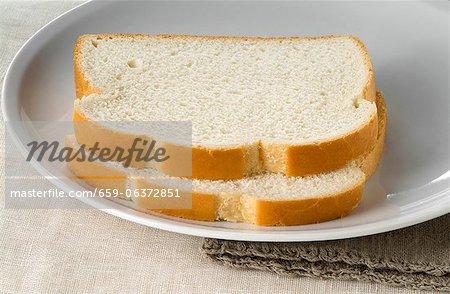 Deux tranches de pain blanc sur une plaque