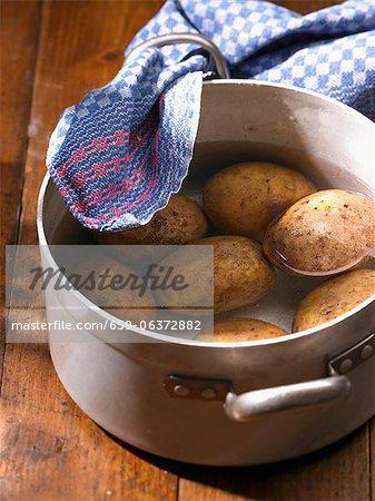 Pommes de terre dans une casserole d'eau