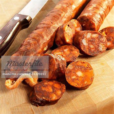 Partiellement coupées en tranches de Chorizo espagnol sur une planche à découper